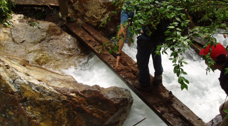 Traversée d'une rivière vers le col du Choula